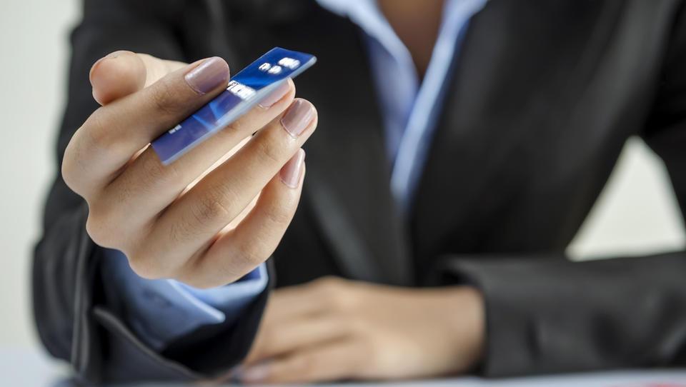 (5 nasvetov) Zlorabili so mojo bančno kartico. Kaj naj zdaj?