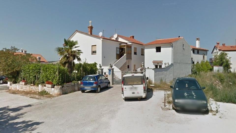 TOP dražbe: vrstni hiši v Ljubljani in Kamniku, apartmaji na hrvaški obali in v Bovcu