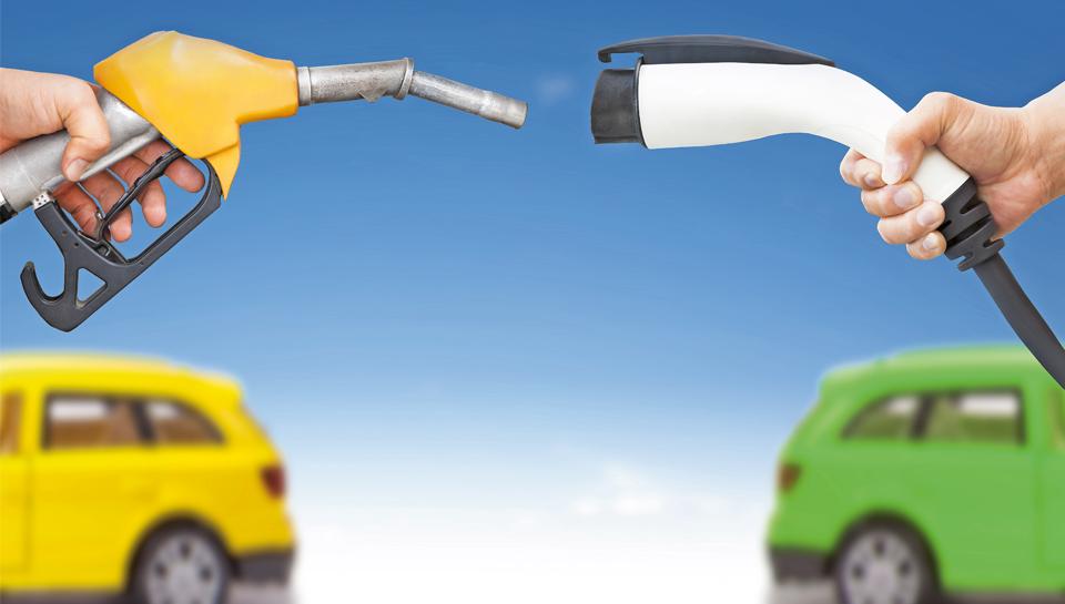 Električni vs. bencinski avto 2. del: kateri zmaga na servisu?