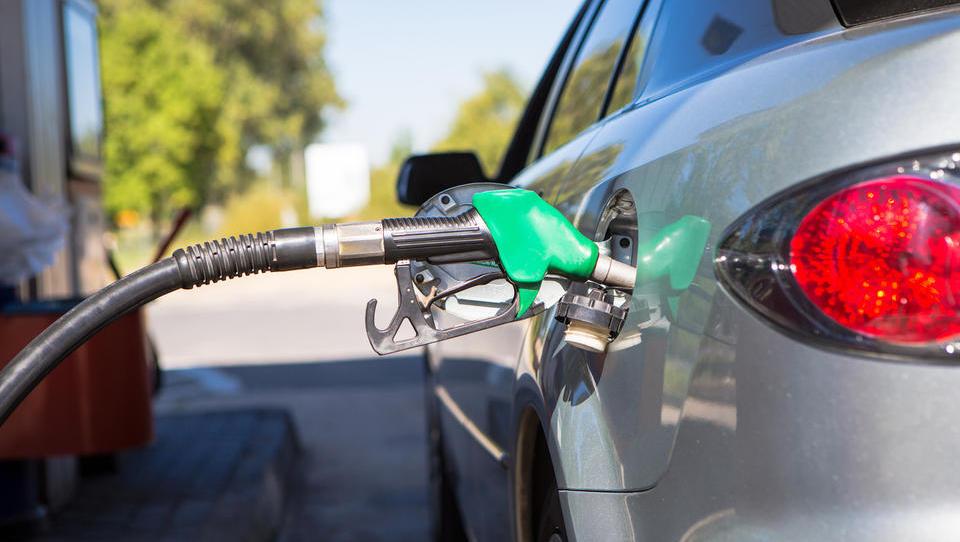 Se bo jutri bencin podražil še petič zapored?