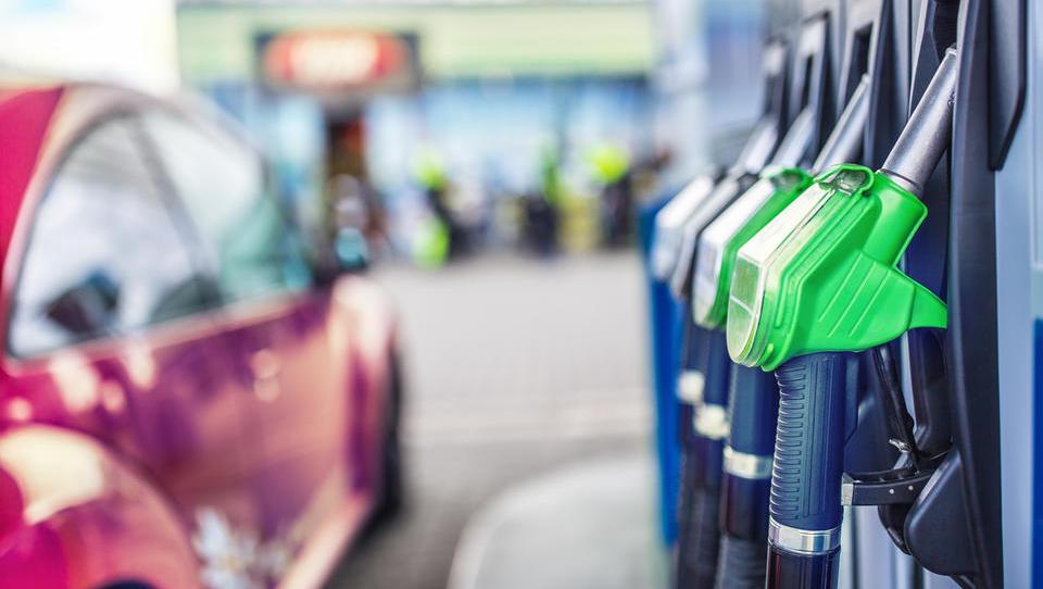 Se bo v torek bencin podražil še šestič zapored?