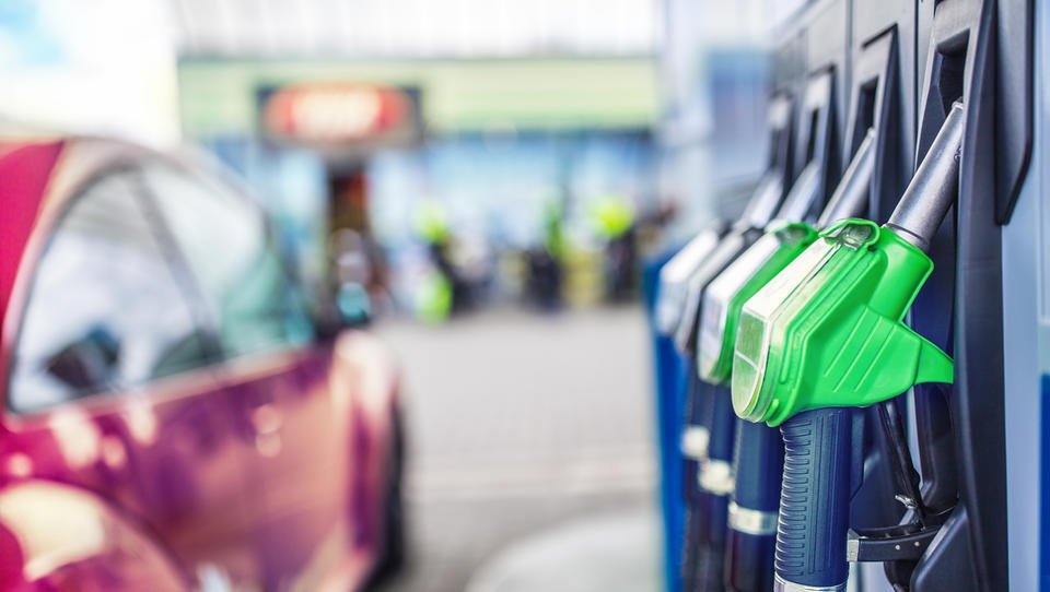 Se bo bencin v torek prvič letos pocenil?