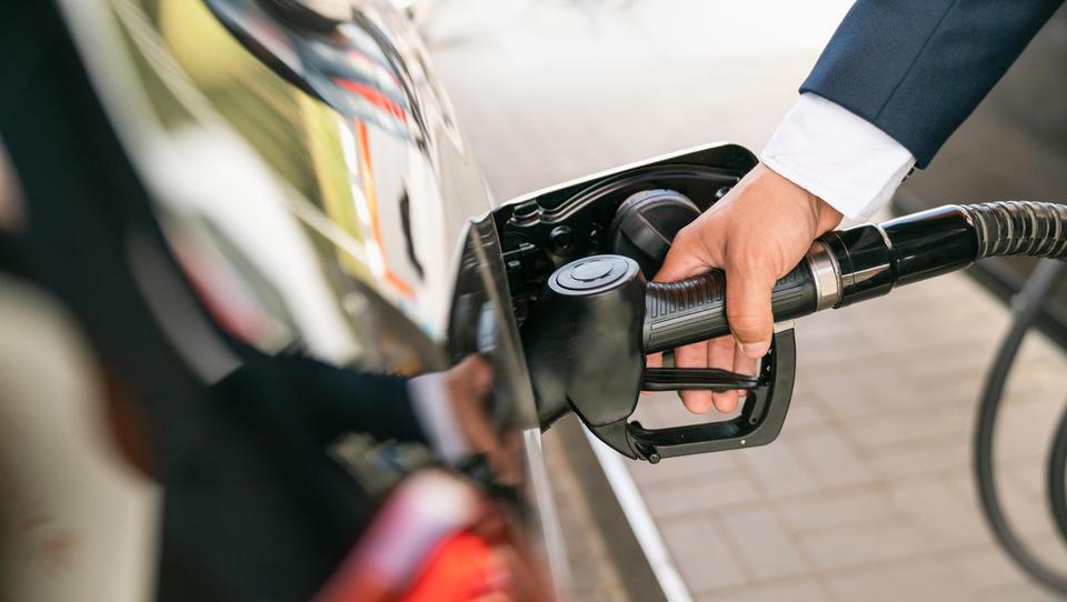 Kaj nova pocenitev nafte pomeni za cene goriv v Sloveniji in kakšne so blagovne rezerve?
