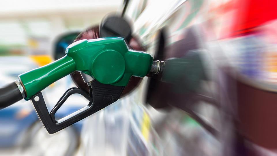 Se lahko bencin in dizel pocenita drugič zapored?