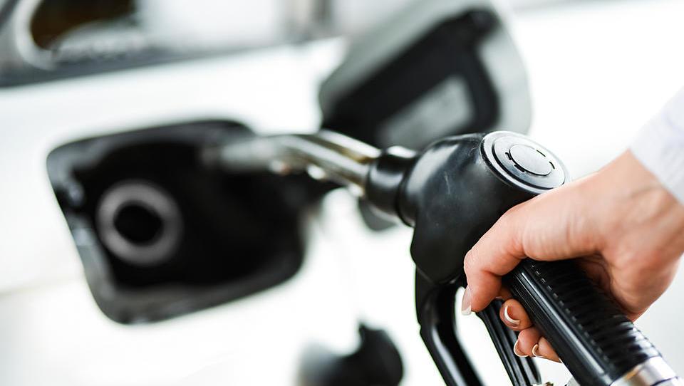 Kako bomo napad na naftna polja v Savdski Arabiji občutili na slovenskih bencinskih črpalkah?