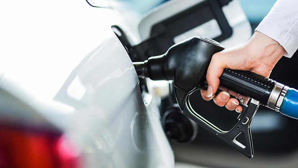 Uradno: Cene dizla in bencina jutri močno navzdol