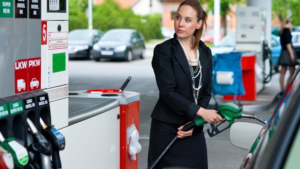 Se lahko bencin v torek še tretjič poceni?