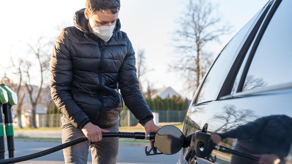 Kakšna bo torkova cena bencina in dizla, če ne bo spremembe trošarin