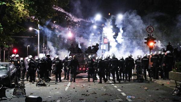 Vstaja proti korona ukrepom: Beograd gorel, policija tepla svoje ljudi
