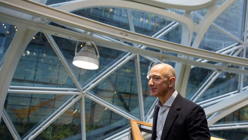 Kako je Jeff Bezos časopisnega dinozavra preobrazil v eno najinovativneših podjetij na svetu