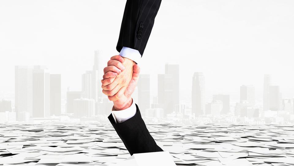 Izplačila regresov po novem: Na kaj morajo delodajalci paziti, da bo izplačilo tudi tehnično pravilno