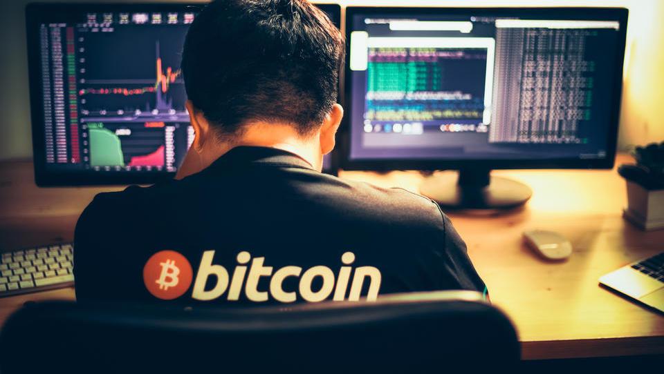 Leto dni po vrtoglavem vrhu bitcoina: denar in sanje izpuhteli