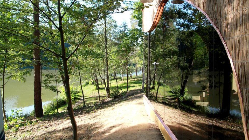 Bezaubernde Häuschen aus Glas und Holz im Wald direkt am See Blaguško jezero