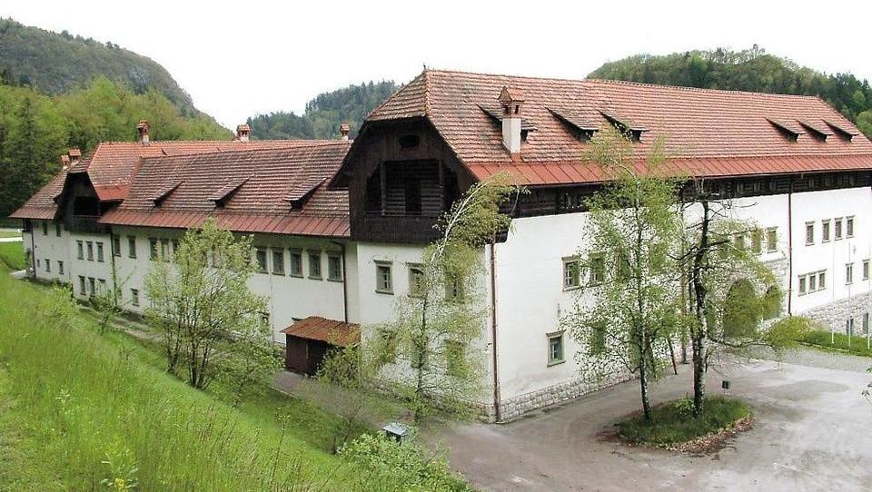 Država v prodajo nekdanje konjušnice na Bledu. Se jo da preurediti v hostel?