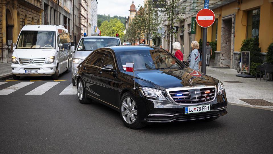 Skrivnostni nakup: vlada za dva neprebojna mercedesa plačala več kot milijon evrov