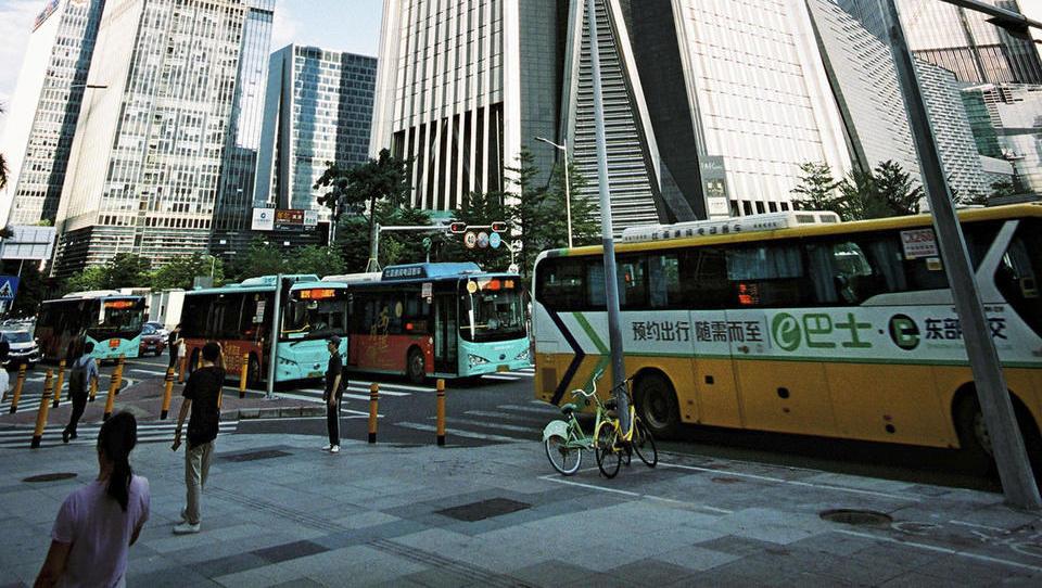 Kitajski Šendžen: prvo tišje velemesto na svetu, tudi zaradi električnih avtobusov