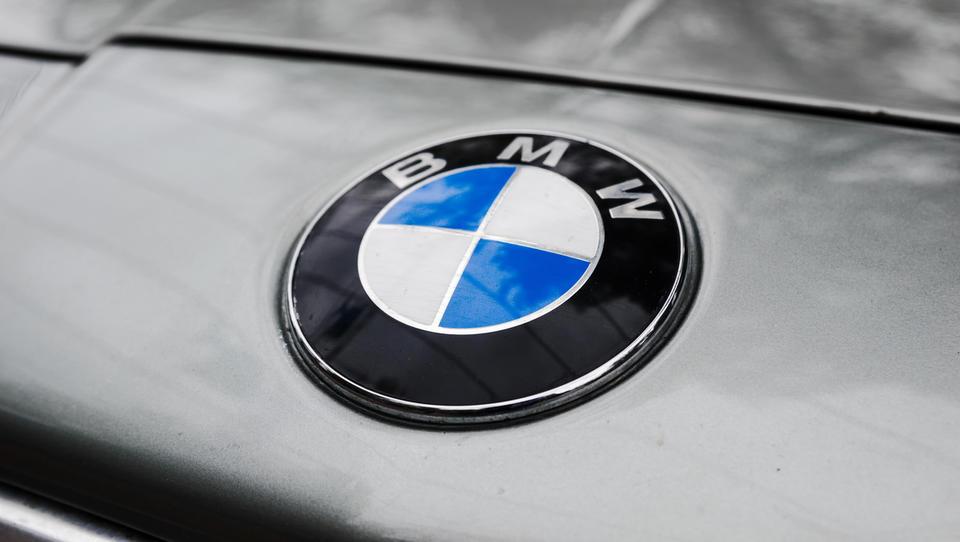 BMW zaradi nevarnosti vžiga vpoklical več kot milijon vozil
