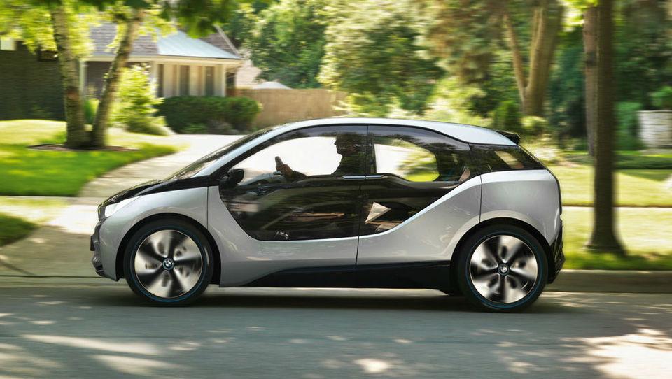 Električni BMW i5 z dosegom prek 300 kilometrov