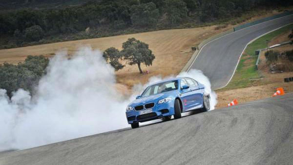 BMW M5 bo cesto grabil z vsemi štirimi