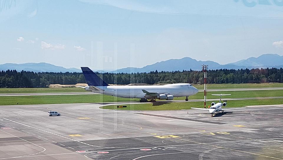 Atrakcija: zverina boeing 747 pristala na Brniku in odpeljala stotonsko pošiljko v Dubaj