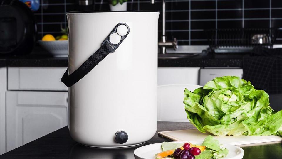 Ostanke hrane lahko kompostirate kar na kuhinjskem pultu