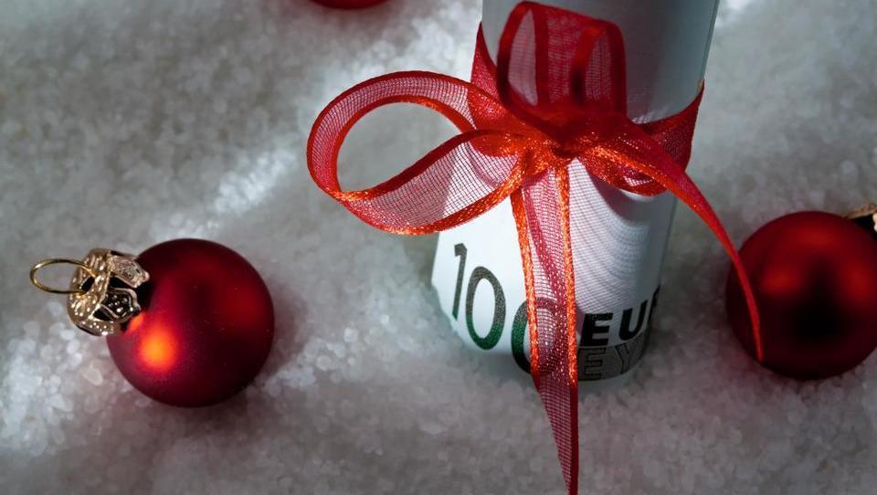 Podjetja pozdravljajo nižjo obdavčitev božičnice, a le redka bodo izplačila prestavila na januar