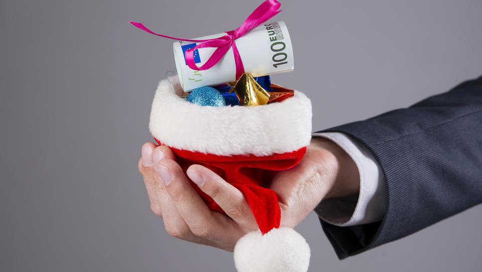 Božičnico ob koncu leta dobila četrtina zaposlenih, v povprečju 667 evrov bruto