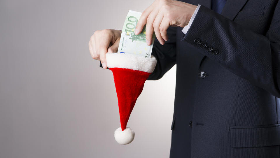 Izračun: koliko vas stane, če zaposlene ob koncu leta nagradite s 500, 1.500 ali 2.000 evri nagrade