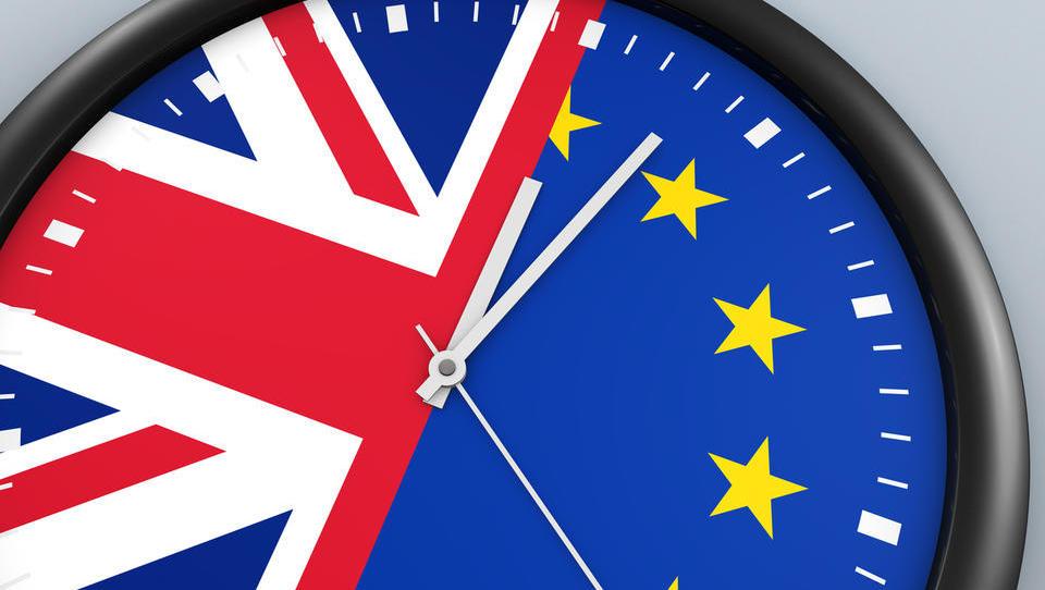 Premierka May ostala še brez treh ministrov, parlament prevzema nadzor nad odločanjem o metodi brexita