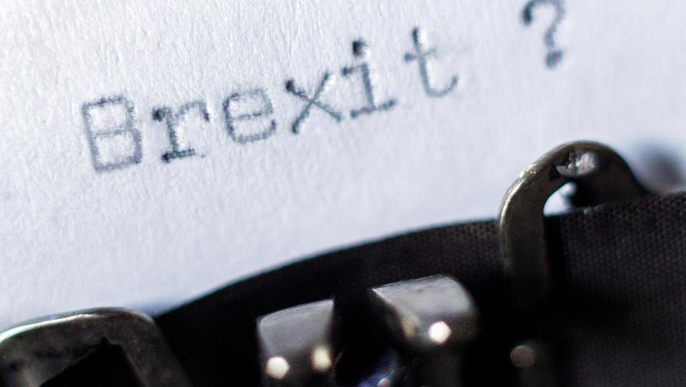 (časovnica) Britanski poslanci imajo še eno sejo o brexitu. Deja vu ali preboj? Šef Siemensa na Otoku opozarja, da se VB smeši pred svetom