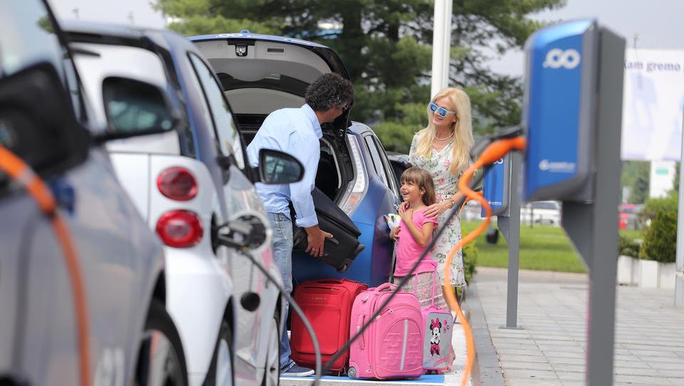 Z uporabo električnih vozil za službena potovanja letno prihranijo tri tone izpustov
