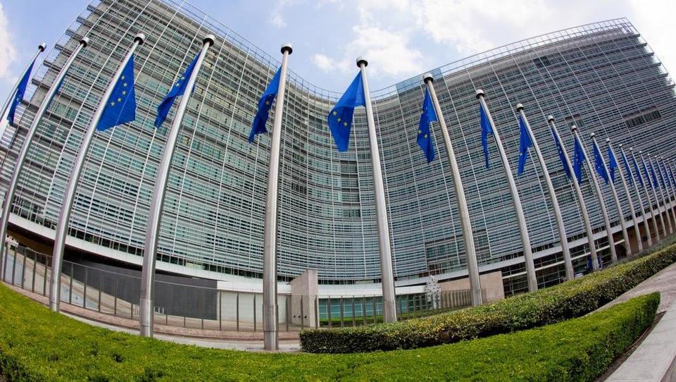 Bruselj opozarja: Sloveniji bi lahko začasno ustavili izplačila evropskih sredstev
