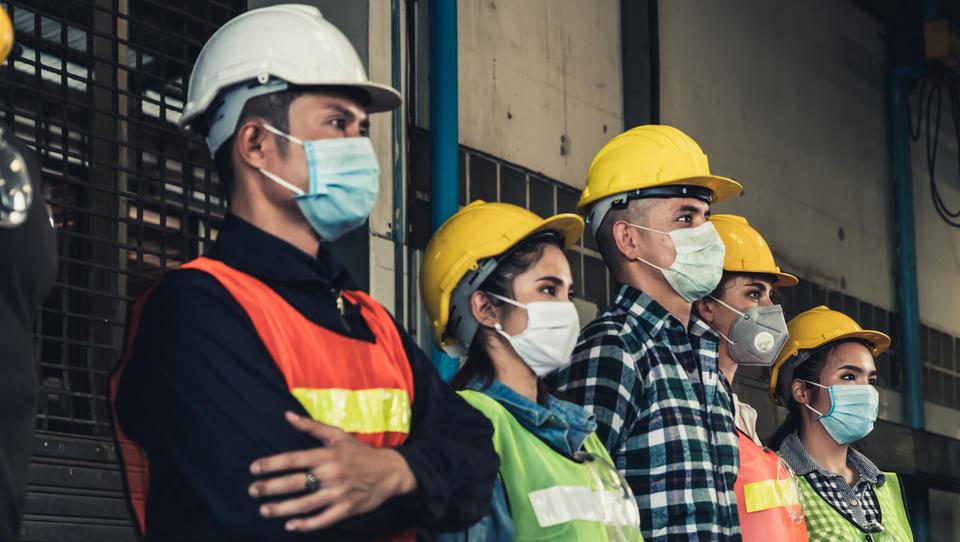 Čakanje in odpuščanja: kako se na življenje po epidemiji pripravljajo slovenska podjetja