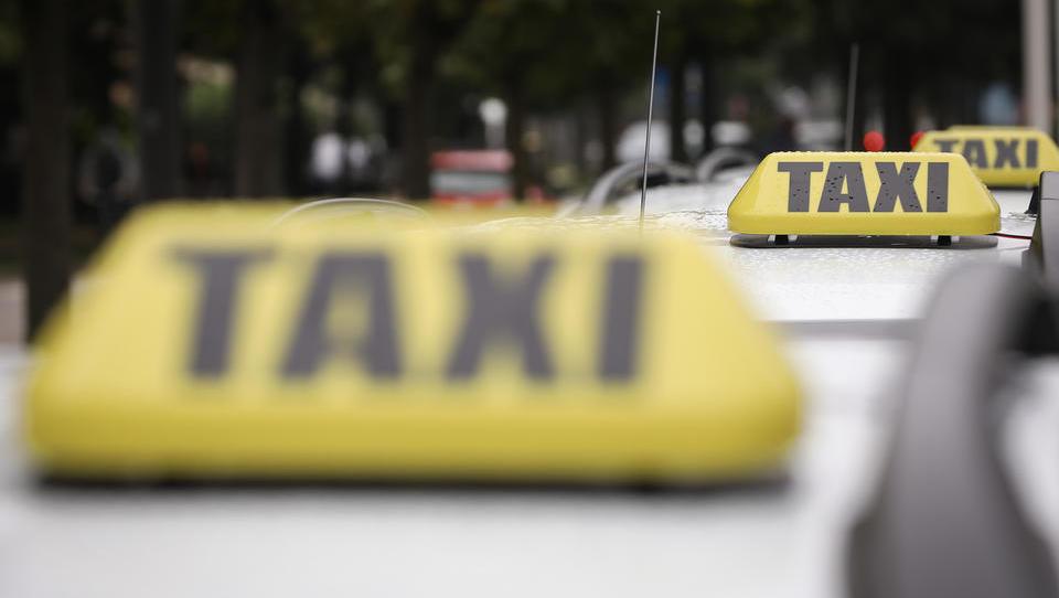 Taksisti, med strankami so tudi davčni inšpektorji