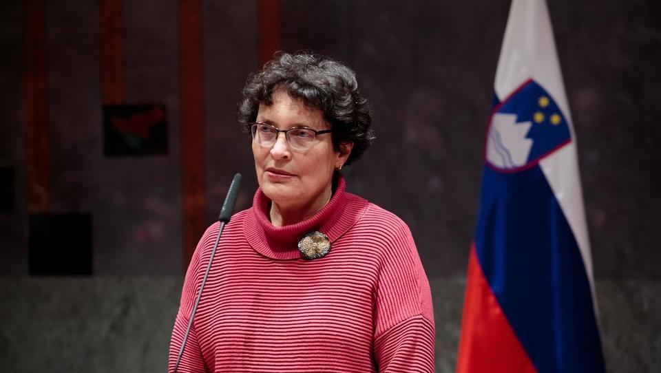 Čebašek - Travnikova pozvala vlado, naj vključi v javno zdravstvo še zasebne zdravnike