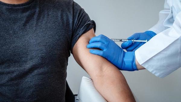 Z obema odmerkoma cepljenih le 2,5 odstotka Slovencev; pride marca več cepiv kot vseh do zdaj?