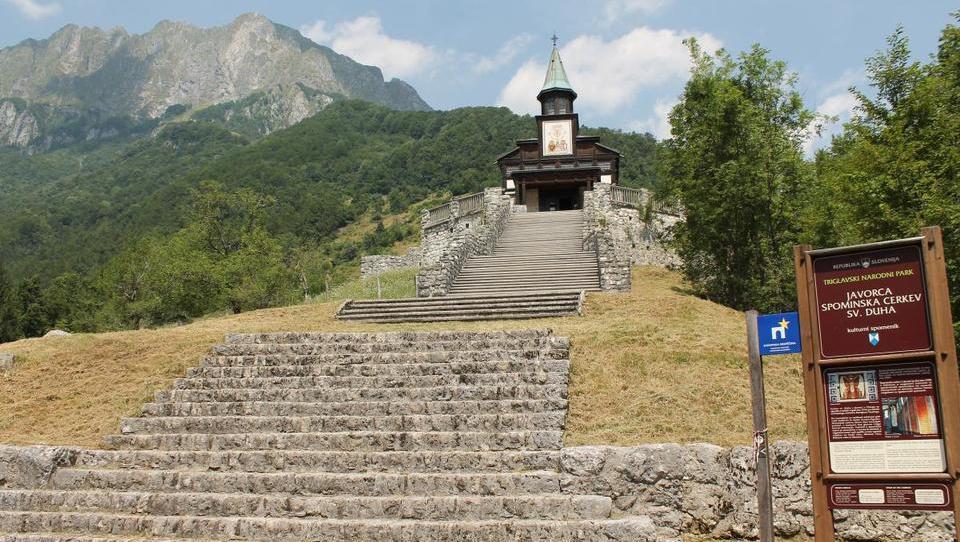 Po soteski Tolminska korita in do edinstvenega svetišča na Javorci