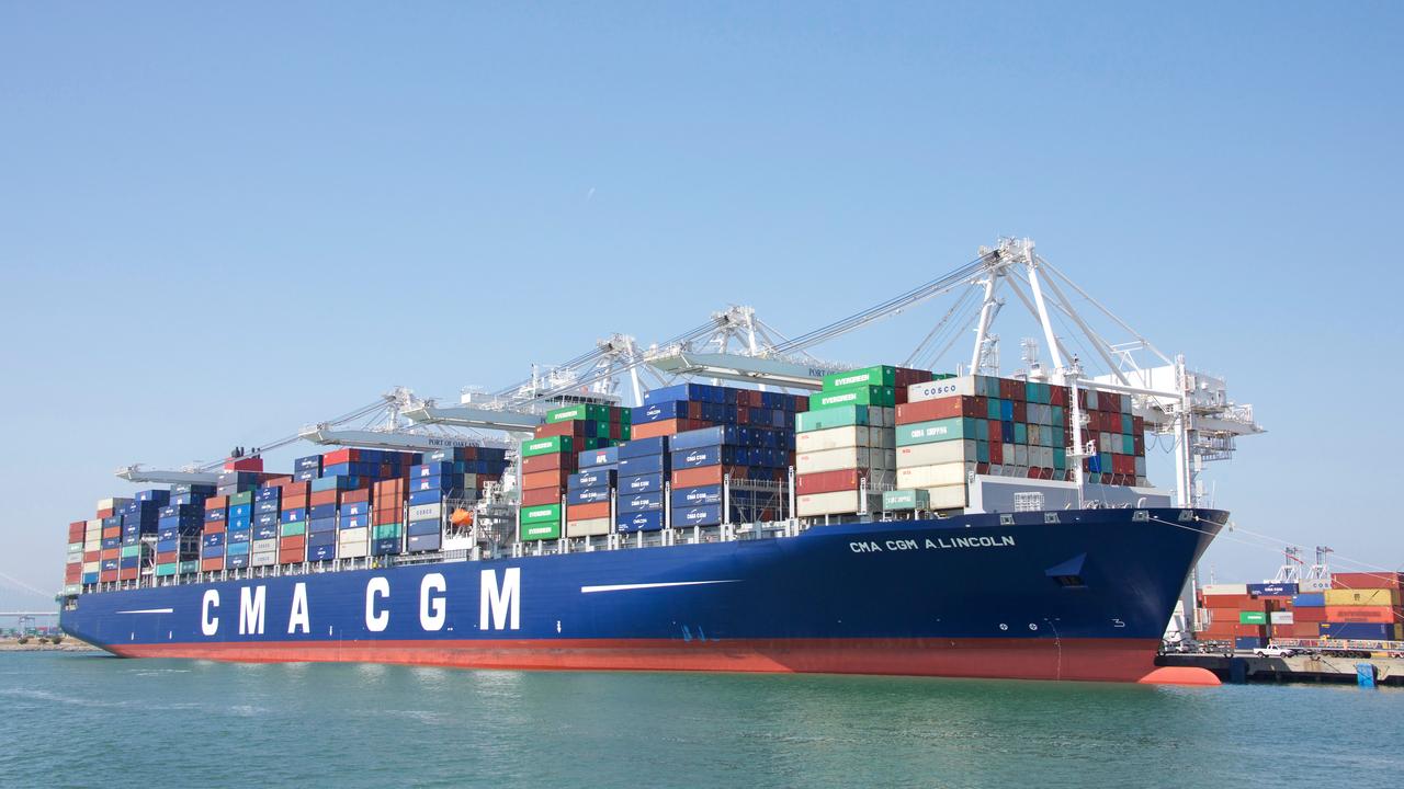 Zakaj francoski ladjar CMA CGM prevzema logista Cevo in kako reže stroške za milijardo evrov