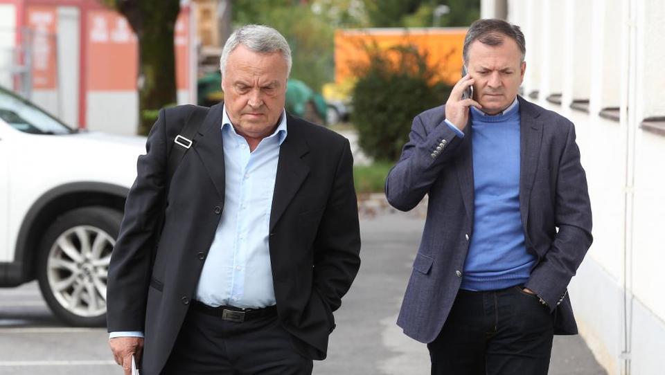 Jankovićev dvorni gradbinec ohromljen z izvršbo in pravnim spopadom