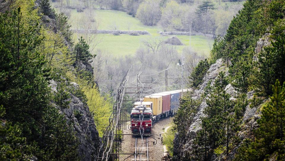 Cerarjeva vlada Madžarom za #2tir obljubila gradnjo viadukta, najem zemljišča v Luki in visok donos