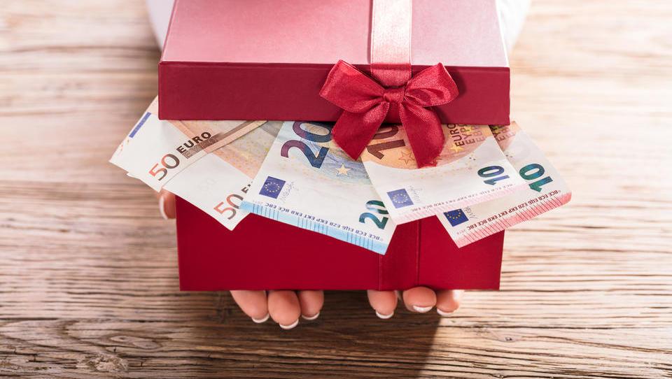 Božičnice zvišale povprečno slovensko plačo