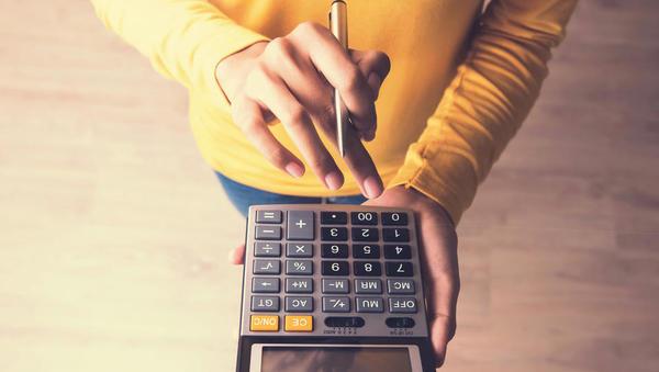 Prihaja čas davčnih obračunov: kdo bo višal in kdo nižal prihodnje akontacije davka, kako je z odlogi plačil dajatev?