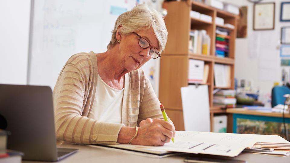 Nova subvencija: do 11 tisočakov za zaposlitev starejšega