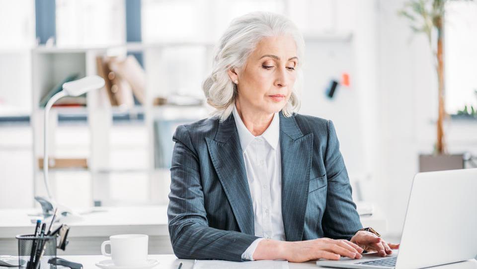 Službo ima trikrat več starejših kot leta 2010