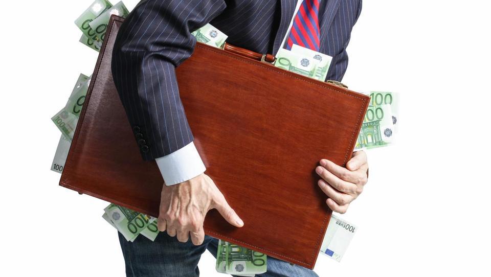 Kaj je pripeljalo do tega, da banke računajo za hrambo denarja
