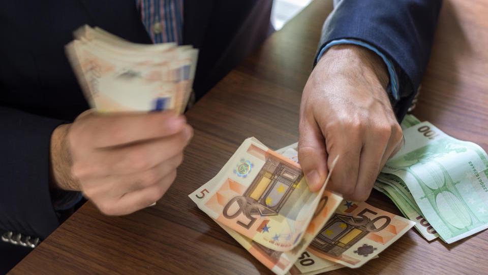 Julija najvišje plače izplačali v financah in energetiki