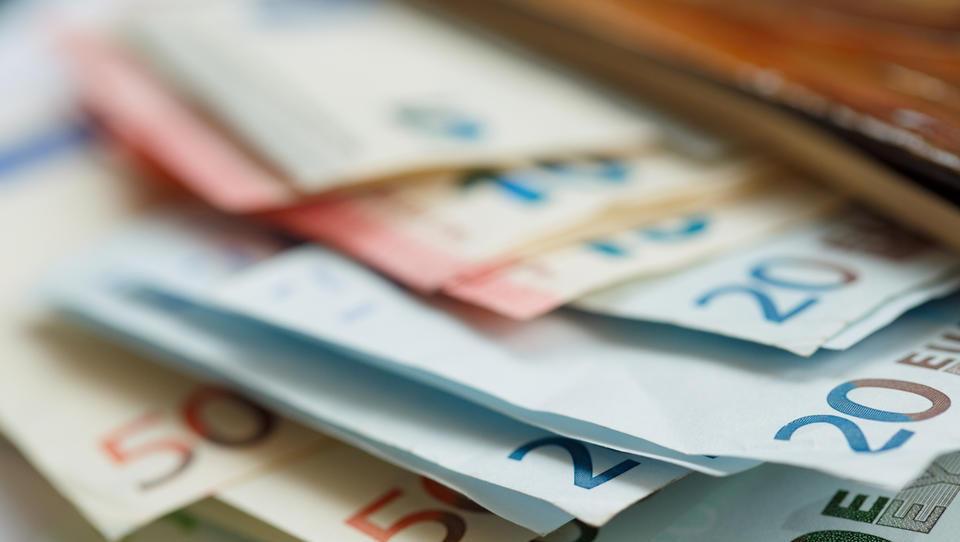 V javni upravi in obrambi največja, 9,4-odstotna medletna rast plač
