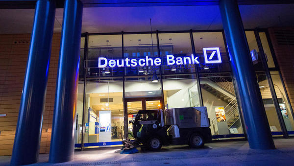 Bloomberg o združevanju Deutsche bank in Commerzbank: ministrova zelena luč za 30 tisoč manj delovnih mest?