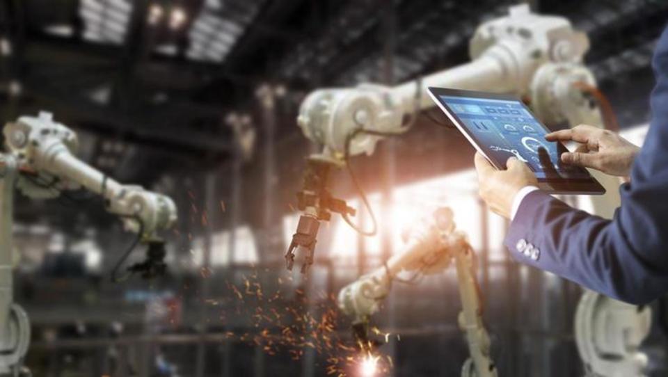 Na sceno prihaja nov vodstveni položaj – direktor robotike. Kaj bo počel?