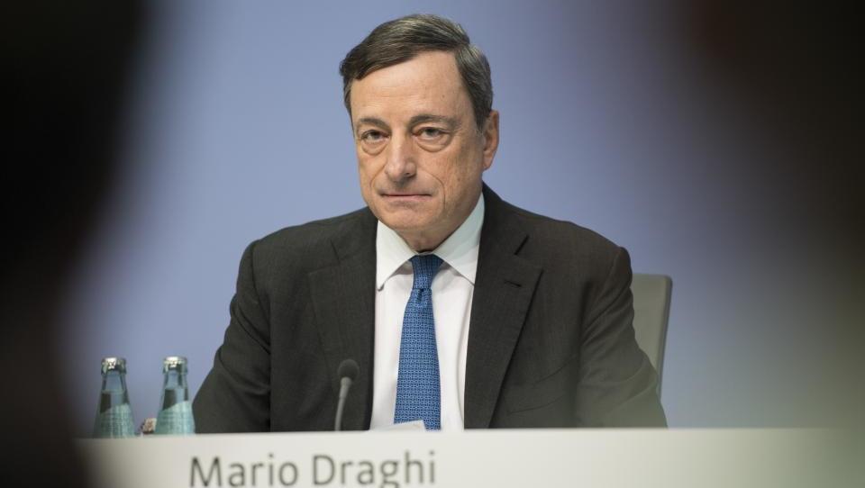 Na šefa ECB letijo očitki zaradi negativnih obrestnih mer; analitiki pričakujejo, da bo danes na te očitke odgovoril